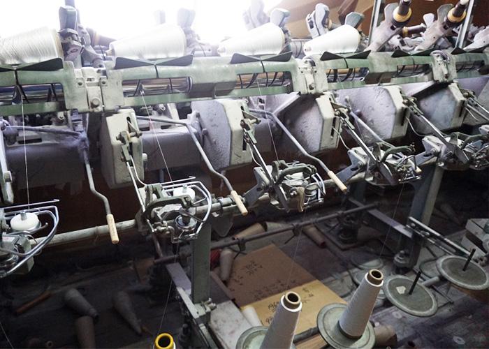 糸を綺麗に巻きなおす機械